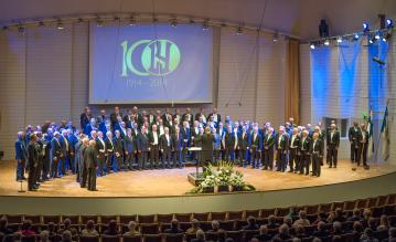 Erilaiset konserttisalit tulevat tutuksi kuoroharrastuksessa. Tässä koko jäsenkunta on juhlistamassa kuoron 100-vuotista taivalta Turun konserttitalossa.